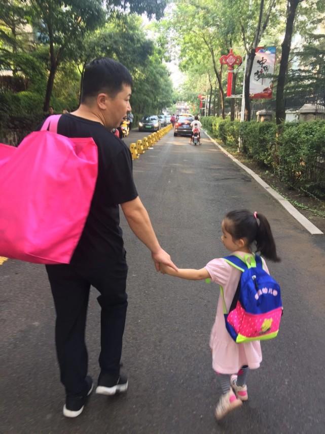 记录亲情:我送女儿去上学