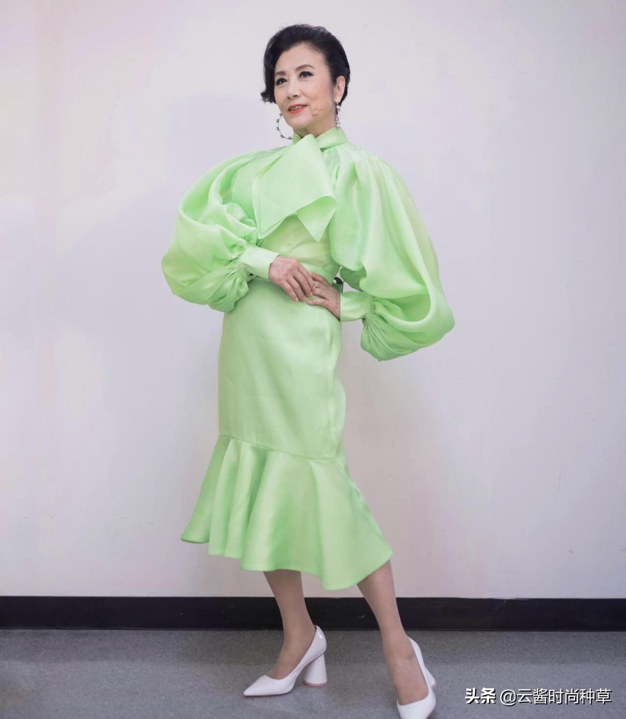 汪明荃扮嫩太成功了!穿浅绿色连衣裙清新减龄,这身材哪像73岁