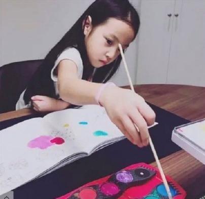 趙薇女兒人美心善,連續6年生日做慈善,捐款已高達上百萬