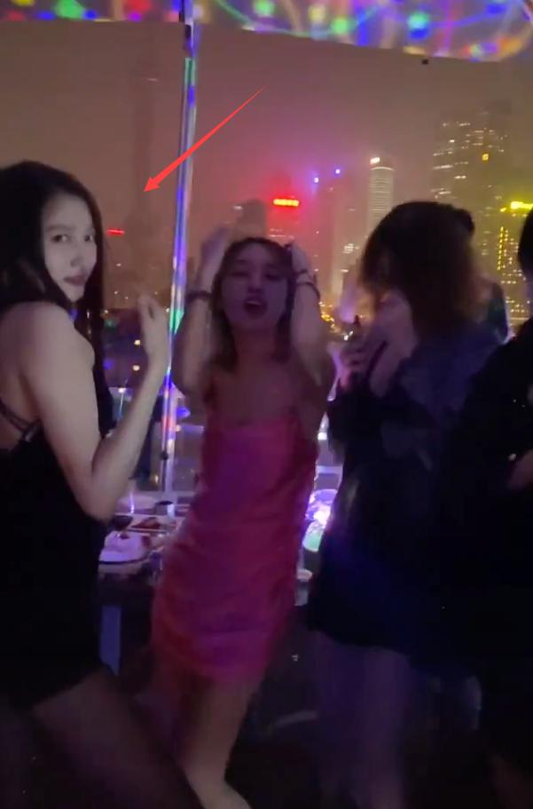 关晓彤庆生现场画面曝光,穿吊带裙与众姐妹酒吧蹦迪饮酒狂欢