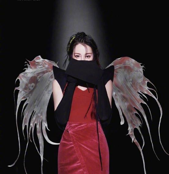 迪丽热巴不止一次如此耀眼又夺目,穿亮片鱼尾裙,简直是精灵本灵