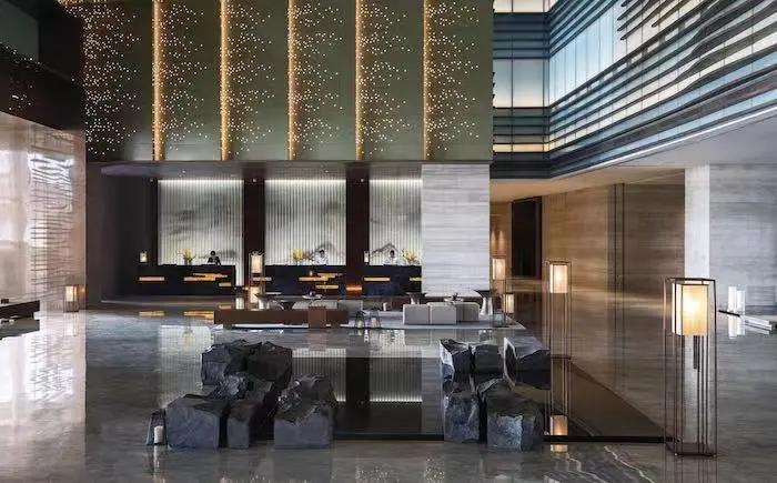 小奇��你走�M北京�范喔廴f豪酒店,感受光影��g造就的�意秘境