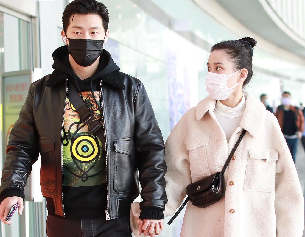 何超莲窦骁现身机场,两人十指紧扣堪比偶像剧,赌王之女的恋爱