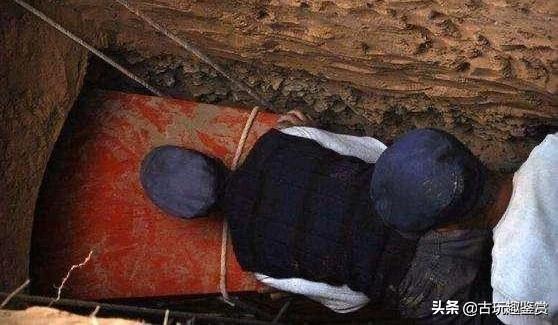 考古挖出巨大红棺,棺内一具女尸,专家掀开衣服后吓坏了