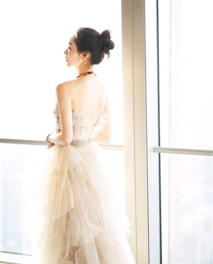 有一种仙女背叫宋轶,正面看挺平淡的,当她转身时,美得让人心动