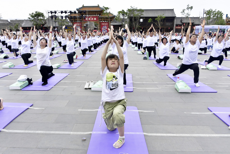 """""""向上吧,新轻年""""忻州古城全民健身瑜伽文化节震撼呈现"""