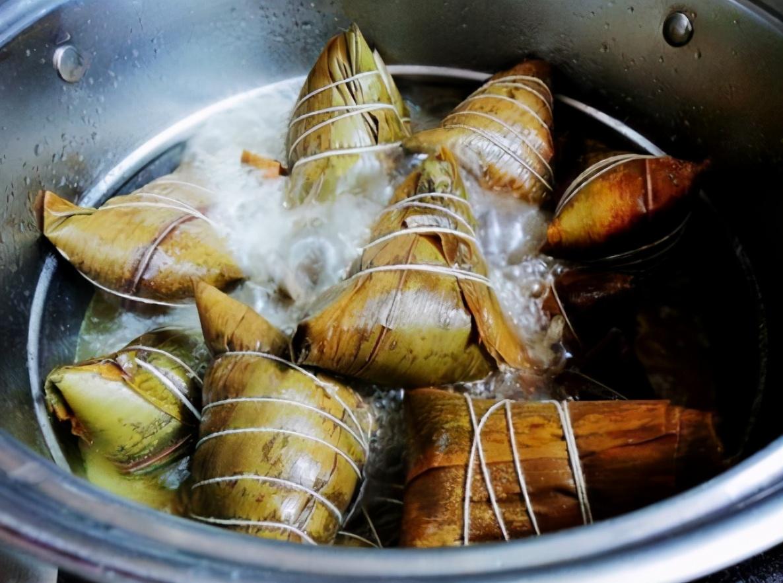 煮粽子时 用什么水很关键!教你3个技巧 粽子软糯香甜 不夹生