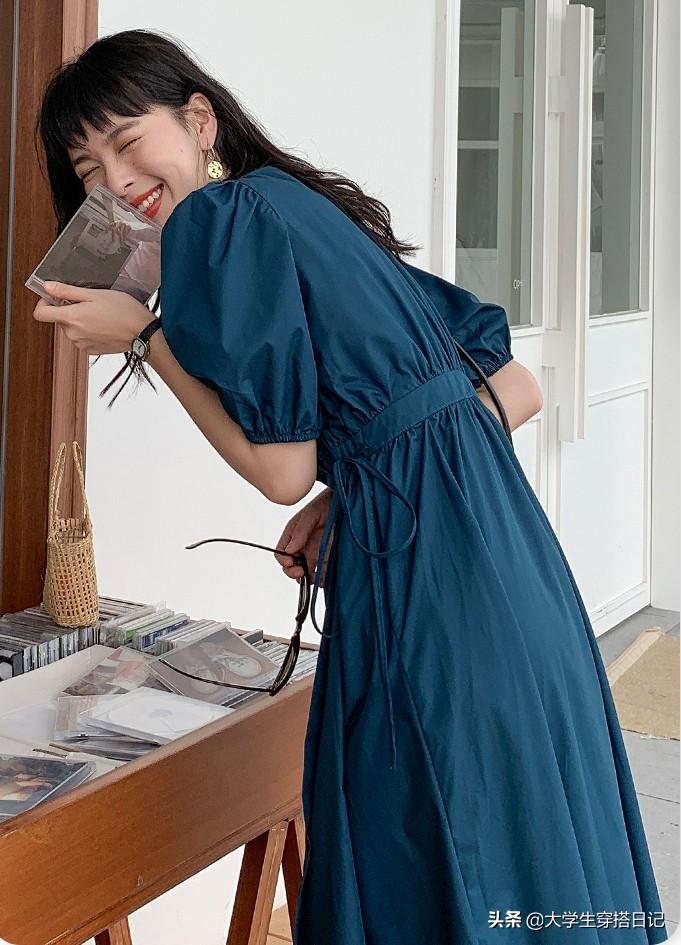 这样搭配印花吊带裙,手臂肉肉的女生也不怕