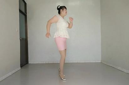 中年女人穿高跟鞋跳舞